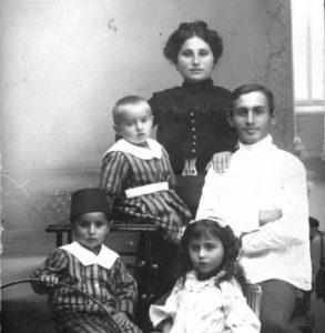 Elihaou, frère de Shmuel et oncle de Moshé, avec sa famille en 1910